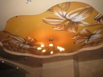 Фигурный натяжной потолок с росписью в спальне