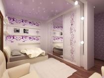 Светло-фиолетовый натяжной потолок в дизайне спальни