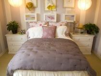 Цветы в горшочках на прикроватных тумбочках в спальне