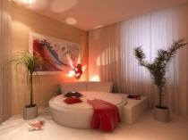 Тропические растения в кадках по обе стороны кровати в спальне