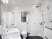 Планировка большого санузела с душем и мебелью
