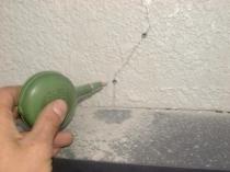 Очистка трещины перед ремонтом штукатуренной поверхности