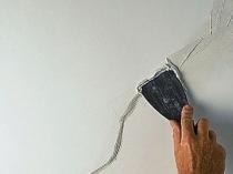 Ремонтные работы по заделке трещины штукатурной отделки на потолке