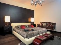 Спальня после ремонта с отделкой стены декоративными панелями