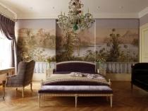 Спальня после ремонта с художественной росписью стены