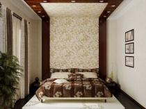 Узкая спальня после ремонта с обоями на короткой стене