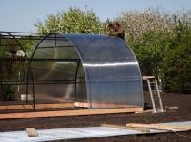 Установка листов поликарбоната на самодельный каркас теплицы
