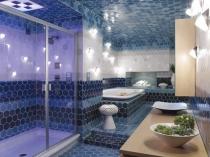 Большой санузел частного дома с душевой и ванной