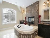 Облицовка ванны и перегородки мозаикой в санузле