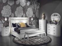 Оформление стены спальни серыми обоями с крупным рисунком