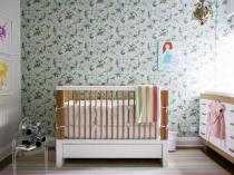 Цветочный принт на серо-зеленых обоях в детской