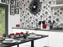 Виниловые серые обои с рисунком на стене кухни
