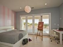 Уютная спальня с серыми и розовыми обоями