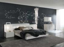 Украшение стены спальни рисунком на темно-серых обоях