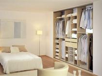 Вместительный многофункциональный шкаф в спальне