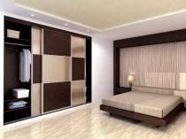 Встроенный шкаф с контрастным шахматным фасадом для спальни