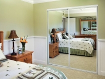 Установка в спальне двухстворчатого зеркального шкафа