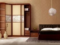 Угловой шкаф с открытыми полками в спальне