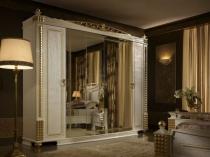 Шкаф с инкрустацией и позолотой в спальне барокко