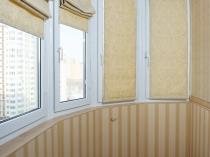 Гармоничное сочетание отделки балкона и римских штор