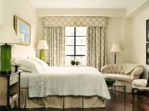Классические шторы с твердым ламбрекеном в спальне