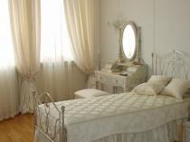 Белые легкие шторы с подхватами в светлой спальне