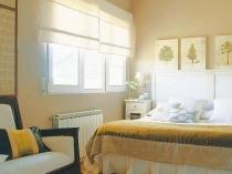 Короткие льняные шторы в эко-дизайне спальни