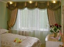Двухцветные шторы с кистями в спальне