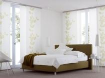 Белые с неброским растительным орнаментом японские шторы в спальне