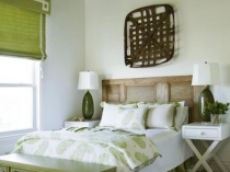 Короткие эко-шторы в деревенском дизайне спальни