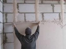 Штукатурка бетонной стены по маякам