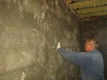 Монтаж сетки перед нанесением штукатурки на бетон