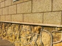 Декоративная отделка цоколя дома штукатуркой под камень