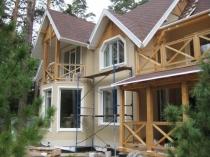 Загородный дом из дерева с отделкой фасада штукатуркой