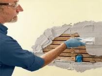 Процесс отделки деревянной поверхности штукатурным составом