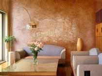 Декоративная штукатурка с фреской в интерьере гостиной