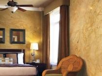 Интерьер спальни с отделкой стен венецианской штукатуркой