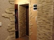 Текстурная штукатурка и декоративный камень в интерьере прихожей