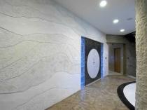 Идея оформления интерьера большого помещения при помощи структурной штукатурки