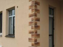 Отделка дома штукатуркой короед с оформлением угла камнем