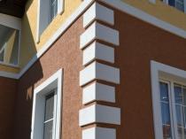 Контрастная отделка фасада дома при помощи штукатурки короед