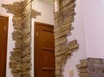 Комбинирование в отделке стен декоративного камня и штукатурки короед