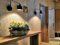 Декорирование стен помещения при помощи штукатурки короед