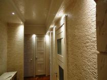 Отделка потолка и стен коридора штукатуркой короед бежевого цвета