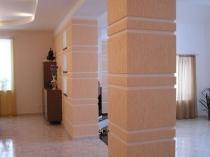 Декоративное оформление колон штукатуркой короед