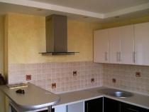 Комбинирование плитки и штукатурки в отделке кухни