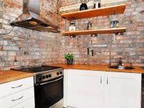 Кухня лофт с отделкой стен штукатуркой под кирпич