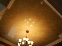 Глянцевая штукатурка под мрамор на потолке