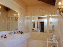 Штукатурная отделка под мрамор в дизайне ванной комнаты
