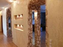 Комбинирование мраморной и штукатурки под каменную кладку в отделке